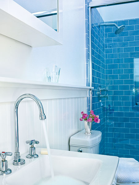 5 techniques to use blue color in bathroom tile design for Blue white bathroom ideas